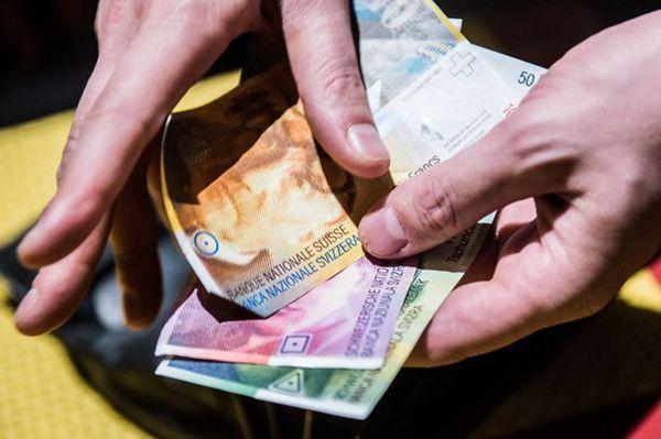 """瑞士政府的""""消贫""""计划每年将花费1430亿英镑。(图片来源:《卫报》)"""