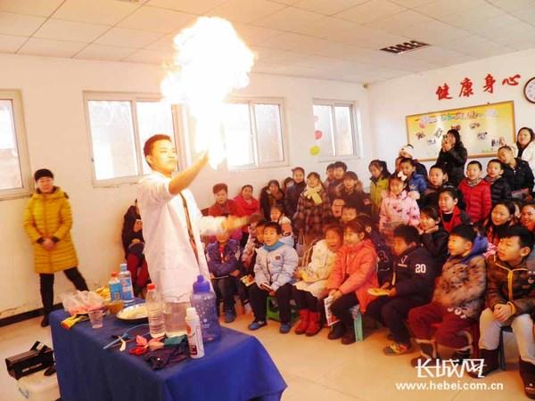 志愿者为孩子们表演科普秀.