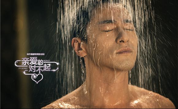"""朱镇模浴室戏 朱镇模大秀好身材 为女性观众""""发福利"""" 韩国实力派影帝朱镇模,是韩国演艺界中少数男女老少通吃的男神,深邃的双眸加上高挺的鼻子,不同于传统韩国单眼皮帅的魅力,就像雕塑出来完美型男。在《亲爱的,对不起》中,朱镇模饰演的周雨楼因为其出众的专业能力和绝对完美的身材外形,与四位女性有着剪不断理还乱的感情纠葛,故而被称作""""取悦男""""。一边是完美的事业和甜蜜的家庭,一边却因为自己不敢对女性追求者说""""不""""而逐步陷入了情感的陷阱。 早前在"""