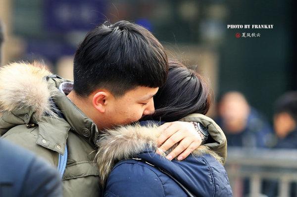 【实拍】2016年春运北京西站:吻别的情侣 - 十年井绳 - 十年井绳博客