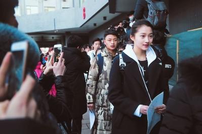 """""""国民闺女""""关晓彤(右一)现身北京电影学院艺考现场.图片"""