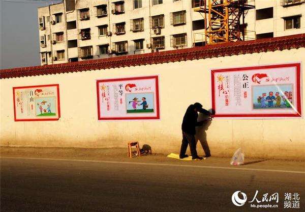 安装10000多幅正能量公益广告宣传画,并及时更换,以占领墙体文化阵地