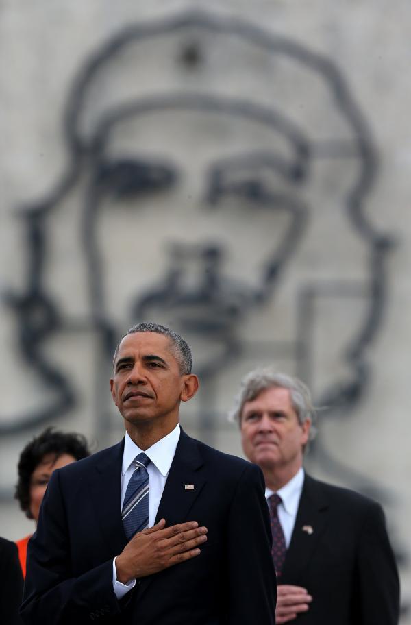 奥巴马站在切·格瓦拉壁画前拍照 网友:我的天哪(图)2