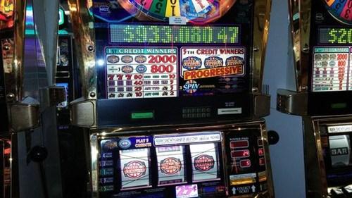 资料图:设置在赌城拉斯维加斯机场中的老虎机。