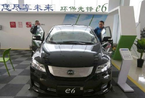 12月9日,北京,顾客在一家比亚迪汽车经销店查看e6电动汽车。
