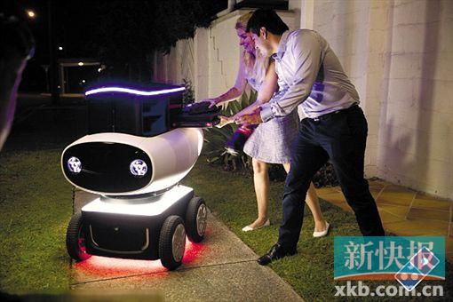 全球知名比萨连锁店达美乐计划在澳大利亚进一步缩短外卖送餐时间,预计从下单到收到热腾腾的比萨只需要10分钟。《悉尼先驱晨报》报道说,缩短送餐时间的办法除了增加门店数量外,还包括引入送餐机器人。 这一机器人名叫DRU,是全球第一个自动送餐机器人。它高不到1米,重190公斤,以可充电电池驱动四个轮子,续航能力为20公里,这也是它的最高时速。依靠内置导航系统,DRU可以自动识别障碍物、规划最佳路径、轻松穿越碎石地、沙地和泥地。不过它不能上下台阶,因此无法像快递小哥那样把餐送到门口,只能让客户到路边自行取餐
