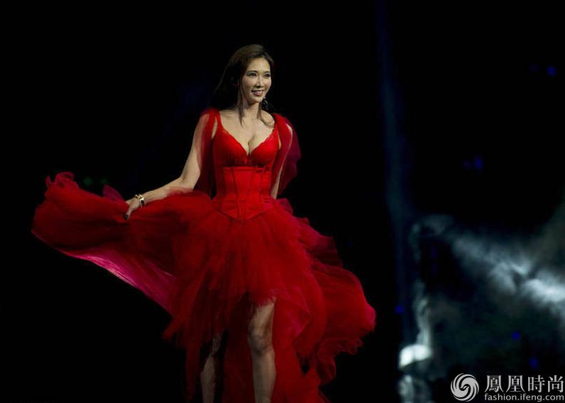 42岁林志玲穿薄纱红裙秀性感双峰