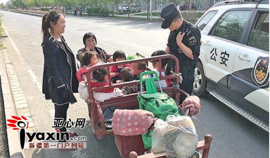 一女司机没驾照骑着三轮车拉着10个小孩跑图片
