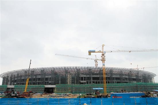月25日,港珠澳大桥珠海口岸交通枢纽中心钢结构正式封顶,该工程