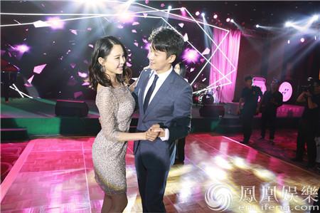【星娱TV】关悦产后现身细腿蛮腰抢镜 佟大为温柔搂妻为爱而舞