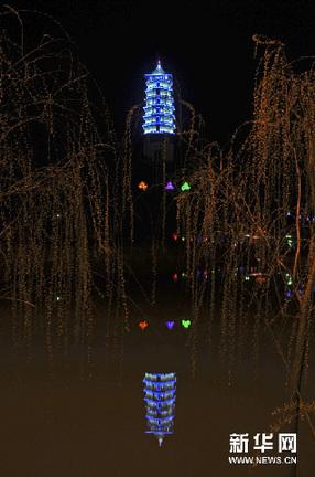 石卫明/3月26日晚,夜色中的景德镇青花瓷塔显得格外醒目。新华网图片...