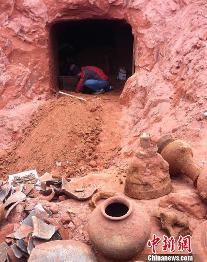 乐山一工地挖出东汉崖墓。 苑贺彪 摄