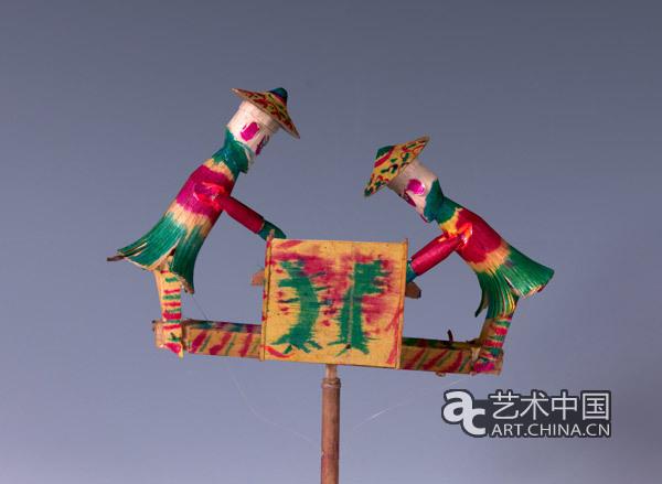 《大将》 江苏无锡 喻湘涟、王南 我国民间玩具有着悠久的历史,早在距今约六千至一万年的新石器时代,就有陶响球、陶连环等玩具出现。千百年来,民间玩具以其造型的稚拙可爱、色彩的鲜明亮丽和内涵的丰富多彩,成为我国民间美术资源中最独特和最有趣的类别之一。玩具不仅是儿童获得娱乐与知识的启蒙教具,也是塑造性格与开启智慧的源泉。中国民间玩具以独特的艺术形式承载着深厚的传统文化内涵和民俗底蕴,也积聚了天下父母对孩子们树大志、成大器的殷切希望。大器玩成展览的主旨就在于通过系列主题民间玩具的展示,让观众在欣赏民间艺术
