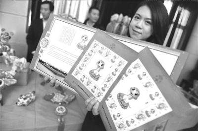 昨天,地坛推出了蛇年吉祥物邮票。本报记者 张斌 摄/视频