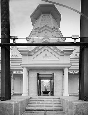 """建筑师王辉将大连的星海湾售楼处进行了改造,巨大的玻璃成为建筑的新""""外衣""""。"""