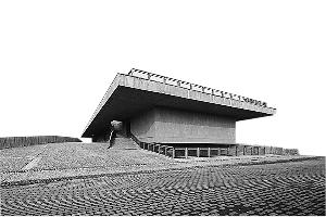 """2010年建成的桥馆(十年大事记馆),是用于展示樊建川所藏""""文革""""时期文物的陈列馆,张永和设计,因基地横跨河流,该建筑同时是一座步行桥。"""
