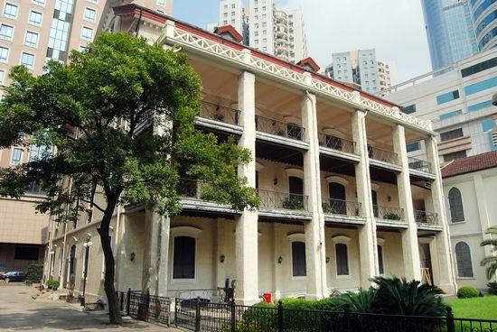 徐家汇藏书楼于1847年由法国天主教耶稣会士在上海创办,是上海第一家近代图书馆。 位于徐家汇天主教堂旁边的徐家汇藏书楼是法国天主教耶稣会士在上海创办的第一家近代图书馆,收藏有大量1949年以前的西文图书和期刊,其中包括上海开埠后西方人在上海创办的西文报刊和图书,这些报刊图书是研究上海和中国的重要文献资料。2003年徐家汇藏书楼对外开放,但专业研究者还是希望这些珍贵文献资料能影印再版,供研究者使用。 日前,首批徐家汇藏书楼所藏报刊被整理影印出版,分别是上海书店出版社出版的《密勒氏评论报》99卷和《皇家亚洲