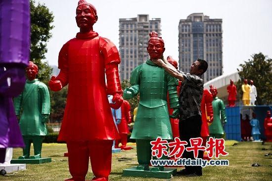 夏至千帐灯——兵马俑灯笼展于7月2日至12日在上海展出。早报记者 杨一 图 2008年,为奥运会专门创作的102尊用传统灯彩技艺制作的兵马俑灯笼在北京奥运文化广场首次亮相,并在奥运结束后被奥运博物馆收藏。2012年伦敦奥运会期间,兵马俑灯笼走进英国,参与第25届英国斯托克顿国际河畔艺术节展出。近日,兵马俑们来到上海,夏至千帐灯——兵马俑灯笼展作为上海文化广场2013年公共文化活动季的一部分,于7月2日至12日展出,包括92尊兵俑和3尊