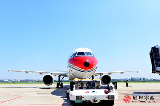为了飞行安全 高温下的宁波机场机务英雄掠影