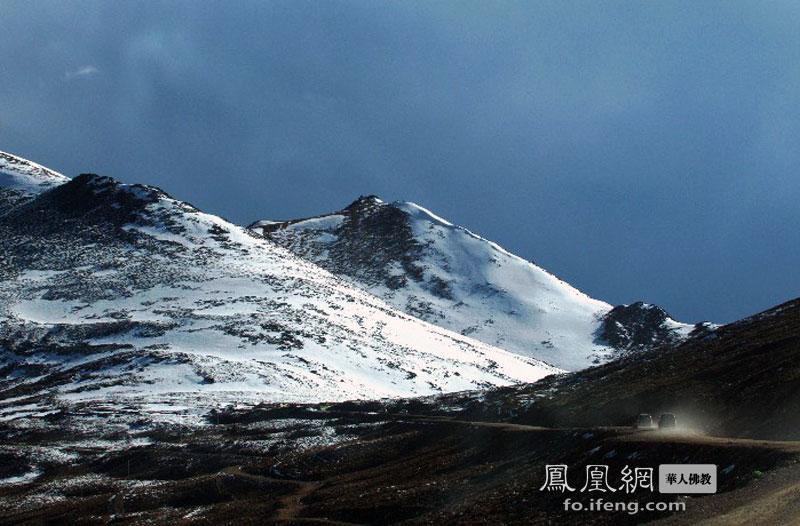 高5008米(实际海拔5130米),为川藏线上第一高垭口.垭口常