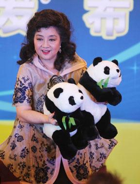 徐小凤母亲节将在京开唱 抱熊猫玩偶与小朋友互动[高清大图]
