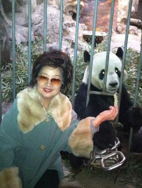 徐小凤5月北京将开唱 动物园参观熊猫显孩子气