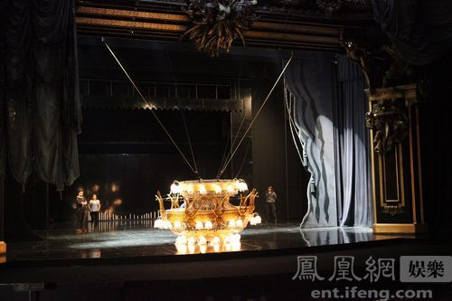 金碧辉煌的欧式雕塑撑起镜框式的舞台外加剧院顶部华丽复古的大吊灯