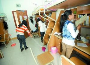 昨日,西南政法大学渝北校区,三名大一女生在其她学生宿舍打扫卫生。记者 李斌 摄