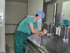 神经外科手术医生正在进行术前洗手