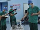 王亚明副主任介绍机器人定向手术设备