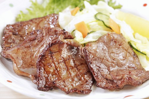 6.羊肉500克,党芪、党参各30克,生姜25克,当归20克同煮.食