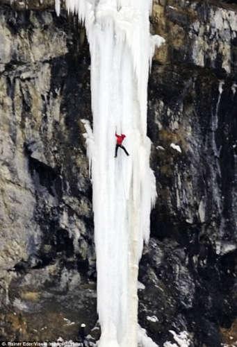 """沃尔特(Walter)男子依靠绳索成功挑战了这处高约137米高的""""冰瀑""""。"""