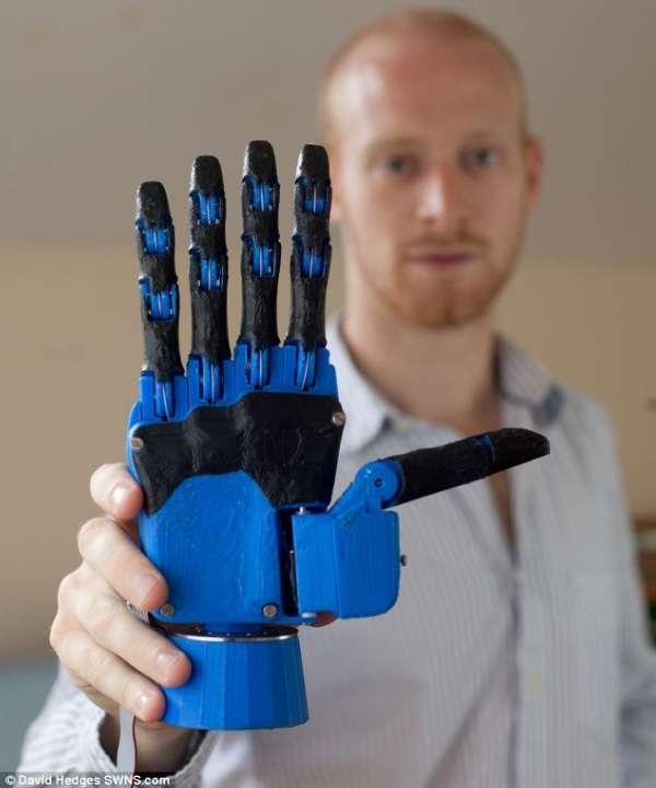 """英研究生用3d打印机制造""""机械手""""造福残疾人"""