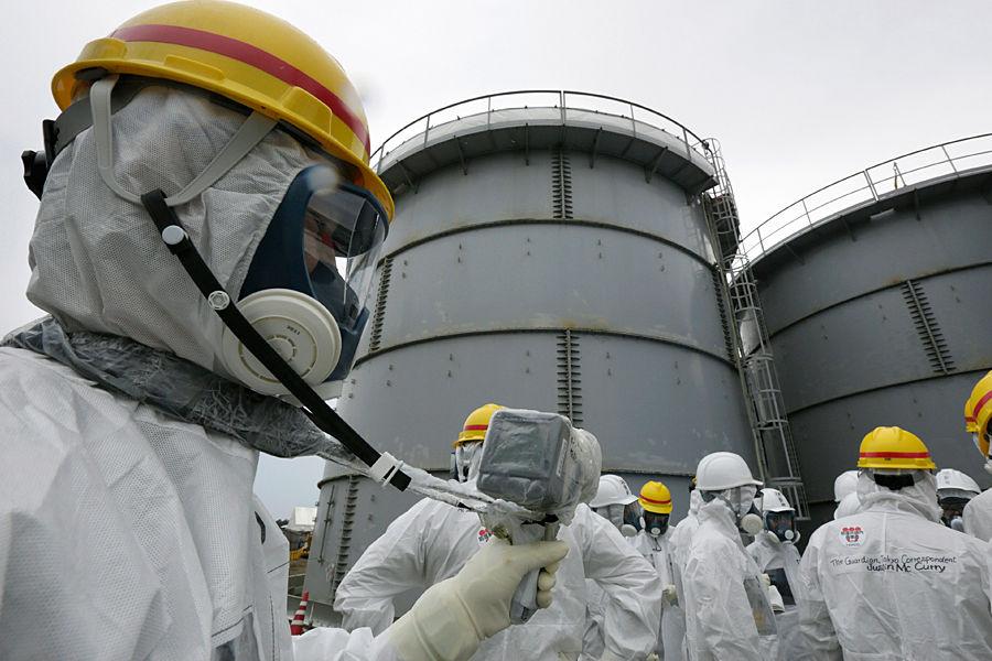 到2012年8月福岛县境内的10个地点发现钚238,到2014年2月1000吨污水储罐发生泄漏,福岛县内576处农业用蓄水池的底层泥土中检测出放射性物质铯。目前福岛核事故依然在处理中,科学家表示,未来福岛附近海洋生物可能发生基因变异。