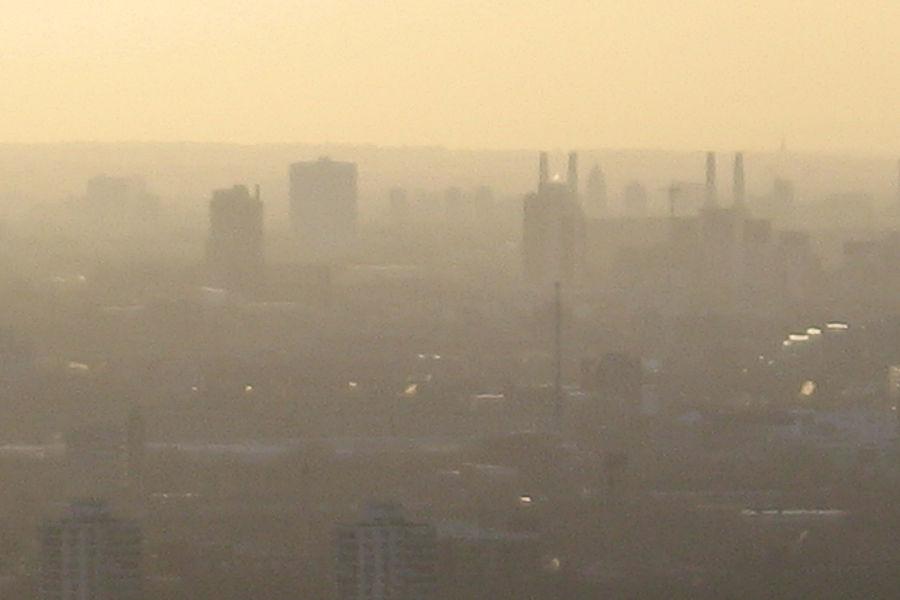 1952年12月5日到8日,伦敦遭遇了人类史上最严重的大气污染事件。连续几天浓雾锁城,居民呼吸困难、眼睛刺痛、呼吸道疾病患者剧增,仅4天便有4000多人死亡。两个月后,又有8000多人陆续罹难。事件促使英国政府在1956年首次颁布《清洁空气法案》。