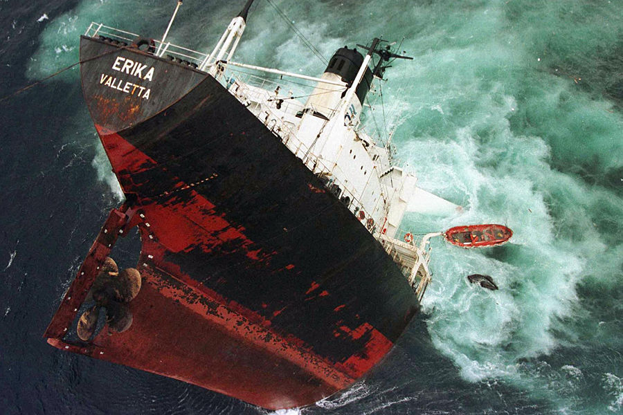 """1999年12月12日,白俄罗斯布列斯特港以南70公里处海域,一辆满载2000吨重油的""""埃里卡号""""油船沉没,3万多吨重油泄入大海,约27万吨由燃油、海水、沙子和石头构成的垃圾延绵数千英里。"""