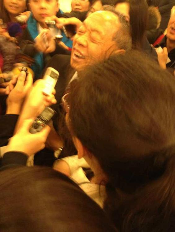 李肇星被记者团团围住,看不到出口走错了方向。第一财经记者李高阳摄。