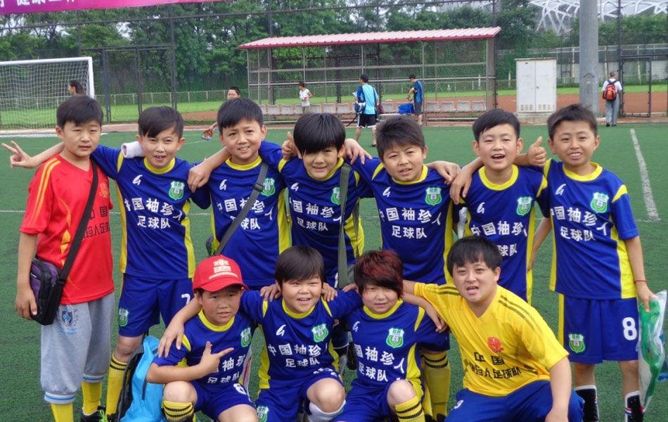 中国首支袖珍人足球队与小学生比赛 视梅西为图片