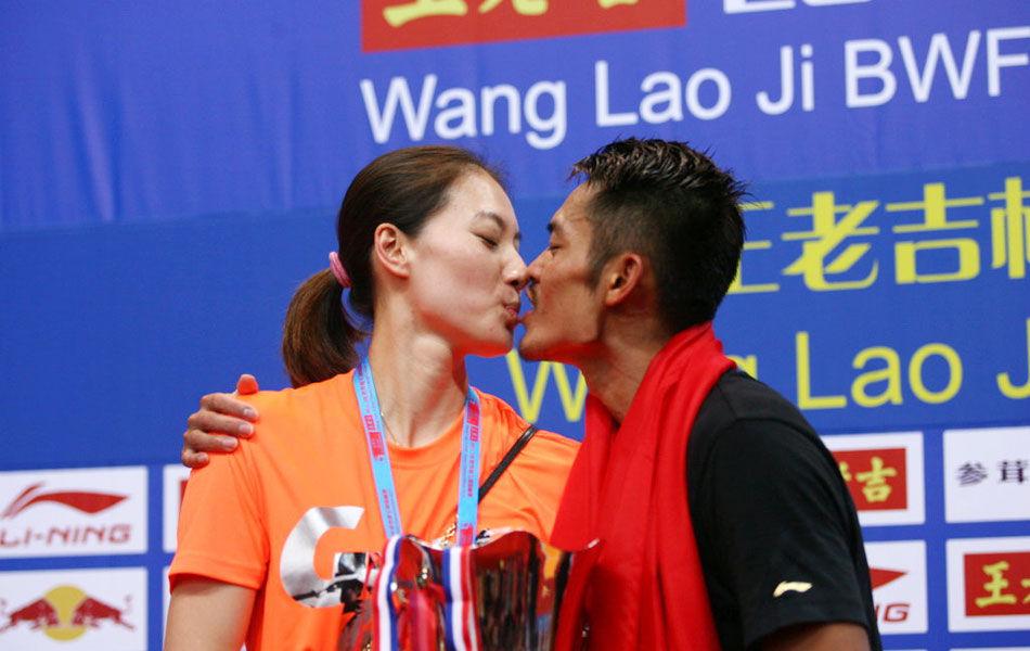 北京时间8月11日,在2013年羽毛球世锦赛压轴大战——男单决赛中,世界排名已经下滑到第286位的林丹16-21/21-13/21-XX,总分2-1逆转世界第一、马来西亚名将李宗伟,夺得职业生涯第五次世锦赛男单冠军,成为史上第一人。