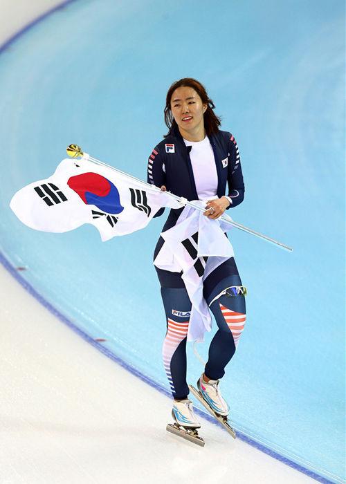 北京时间2月11日,2014年索契冬奥会速度滑冰500米的决赛展开争夺,最终进过激烈的较量,韩国选手李相花毫无悬念的获得了冠军,俄罗斯选手法特库丽娜和荷兰选手波尔分获银牌和铜牌。中国选手张虹两轮总成绩以0.1秒的微弱劣势获得第4,无缘领奖台,而王北星则发挥不佳,最终只名列第7。