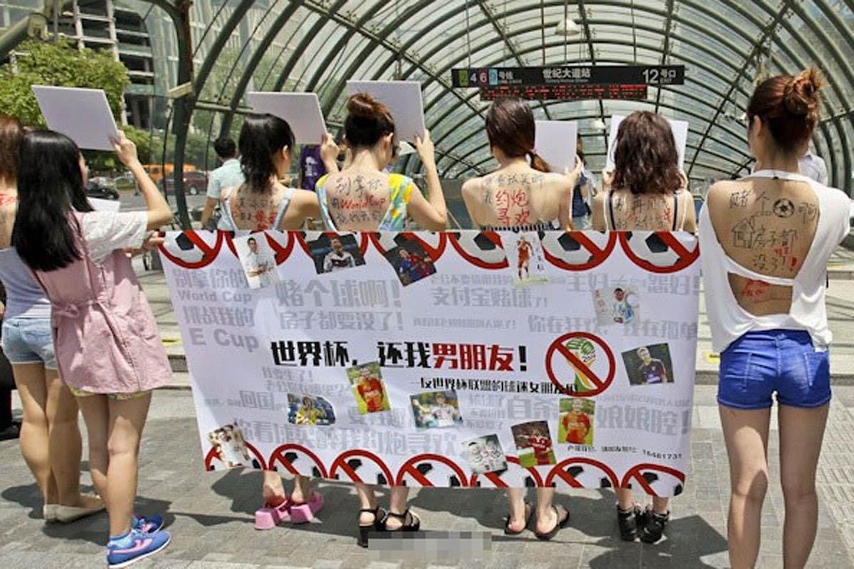 """7月8日,上海12名女子组成""""反世界杯联盟""""分别在世纪大道地铁站外、人民公园外和美罗城外举牌抗议,号召""""世界杯,还我男朋友""""。现场有路人加入签名的行列,不过也有球迷在现场与""""反世界杯联盟""""的成员进行争执。"""