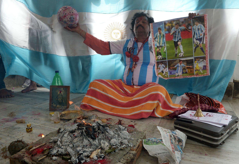 2014年7月11日,印度加尔各答,2014巴西世界杯,印度祭司作法祝阿根廷夺冠,球迷为胜利无所不用其极。
