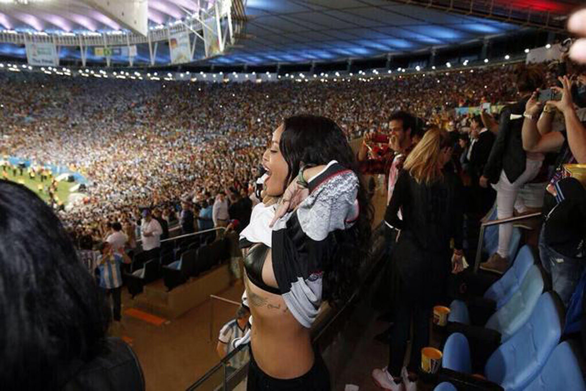 德国1-0击败阿根廷登顶2014年巴西世界杯,流行歌后蕾哈娜在现场掀起上衣露出内衣激情庆祝。
