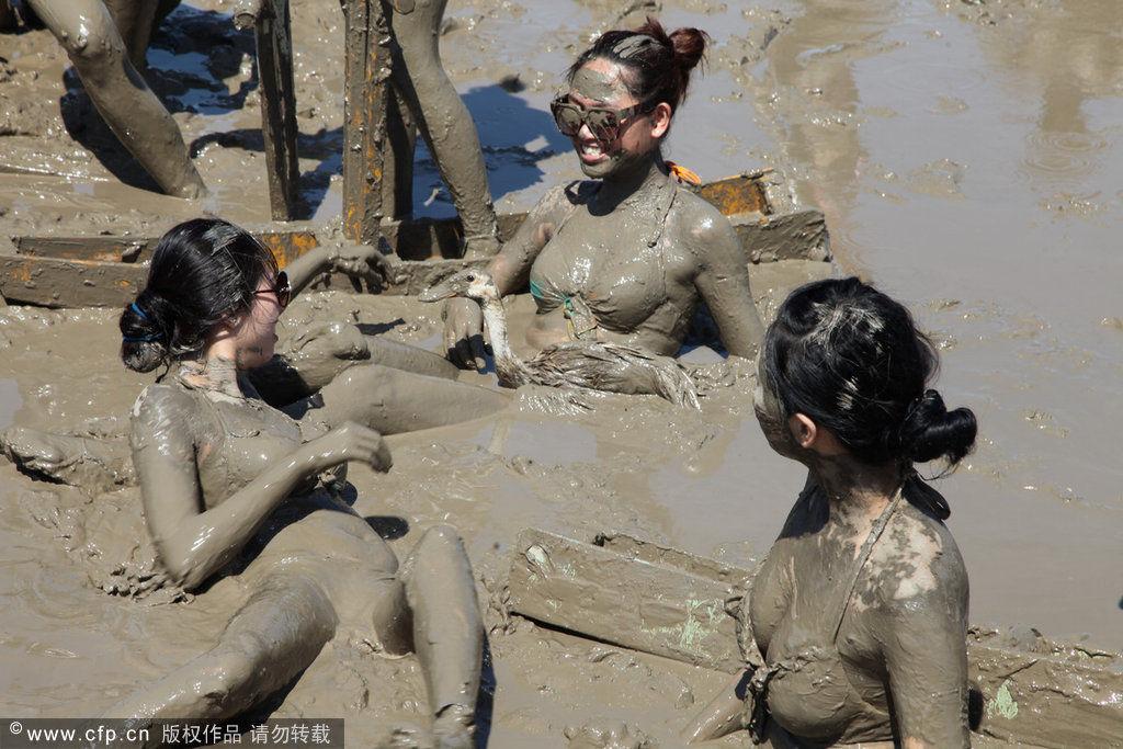 泳装美女泥浆足球赛 狂欢激荡无限