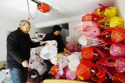花灯艺人整理花灯准备运往市场。