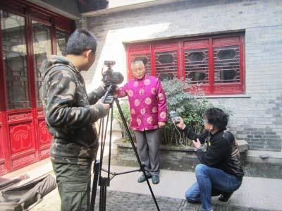 扬州口技达人能模仿10多种声音 曾为口技表演远离家乡