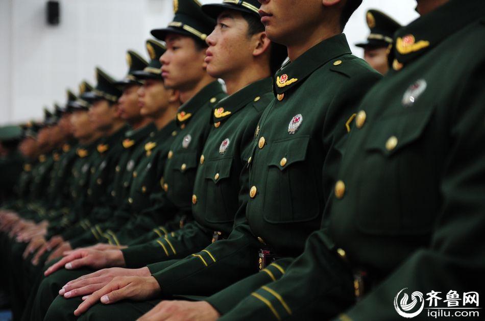 武警山东总队直属支队300名新兵获授武警列兵警衔图片