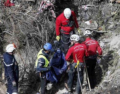 德翼航空坠机现场发现600多块残肢