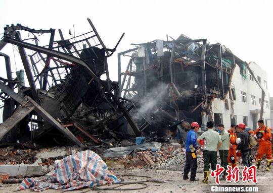 现场的一间厂房因爆炸坍塌了一大半