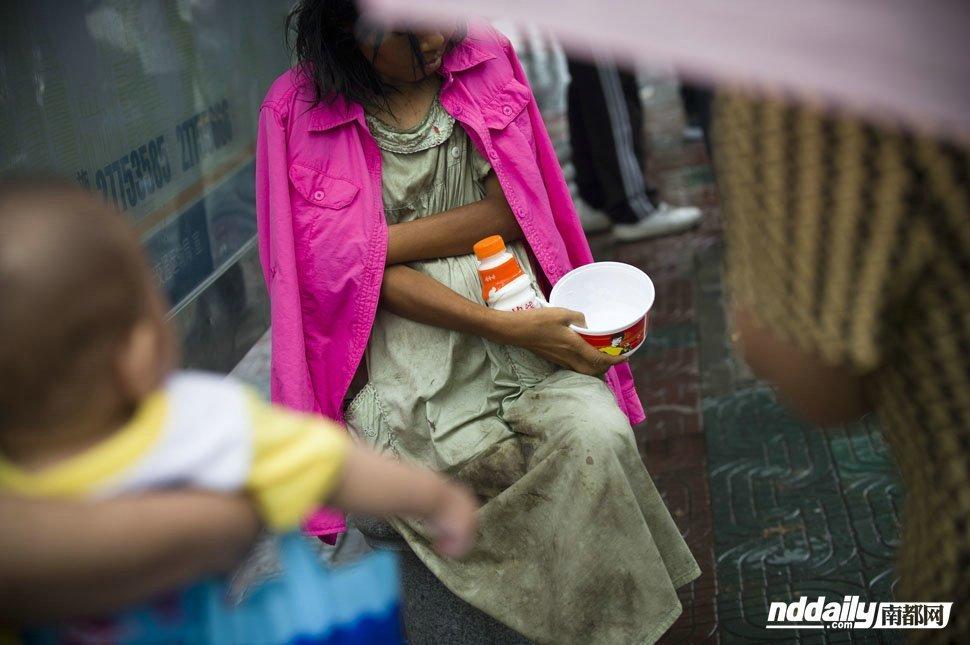 高清:深圳流浪女怀孕流落街头图片